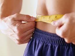 Hombre midiendo su cintura