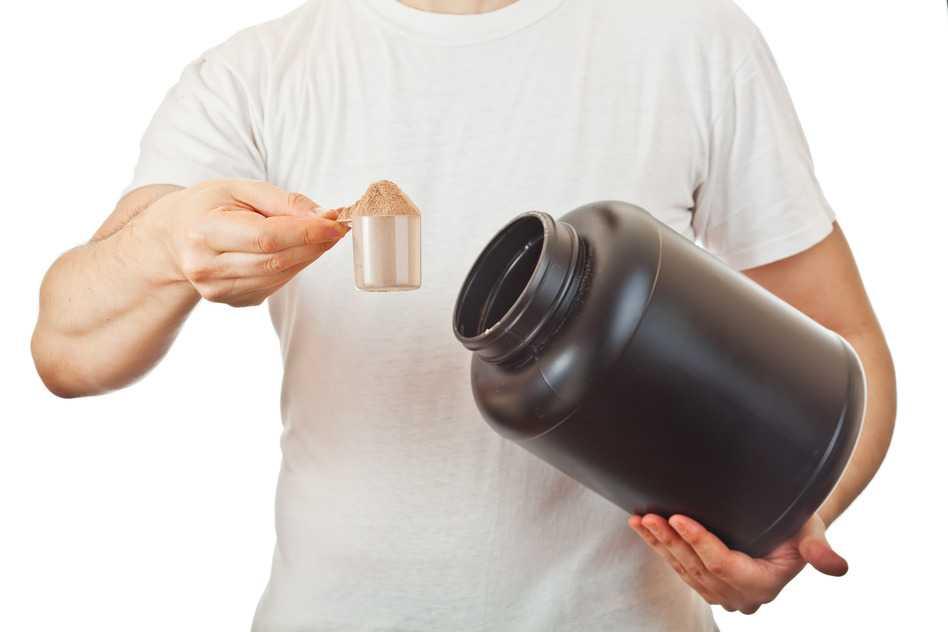 hombre-con-suplemento-proteico